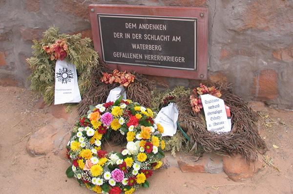 Erinnerung an die Opfer des Genozids im heutigen Namibia: Denkmal am Waterberg.