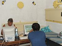 Im Bunker informieren sich Bewohner von Nes Ammim darüber, wo Katjuschas eingeschlagen sind.