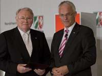 Manfred Kock erhielt den Verdienstorden des Landes NRW von Ministerpräsident Jürgen Rüttgers (r.). Foto: nrw.de