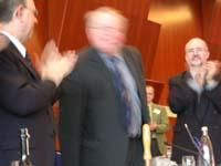 Dankender Beifall: Der scheidende Präses Kock wurde am Schluss der Landessynode gefeiert.