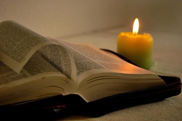 Bibel, Kerze und eine Liturgie - mehr braucht es nicht zum Hausgottesdienst.
