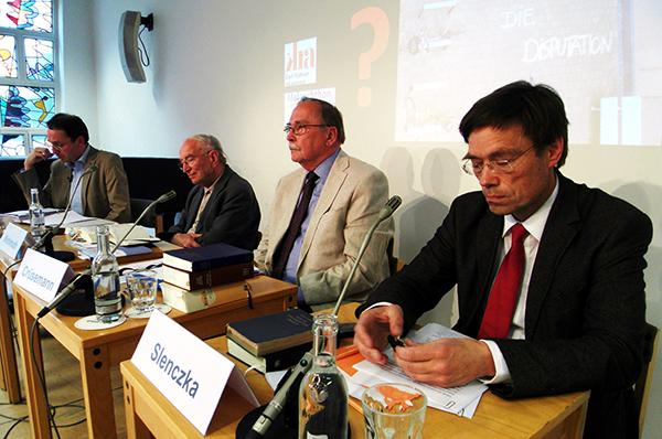 Prof. Notger Slencyka und Prof. Frank Cr[semann, v.r., diskutieren die Bedeutung des Alten Testaments.