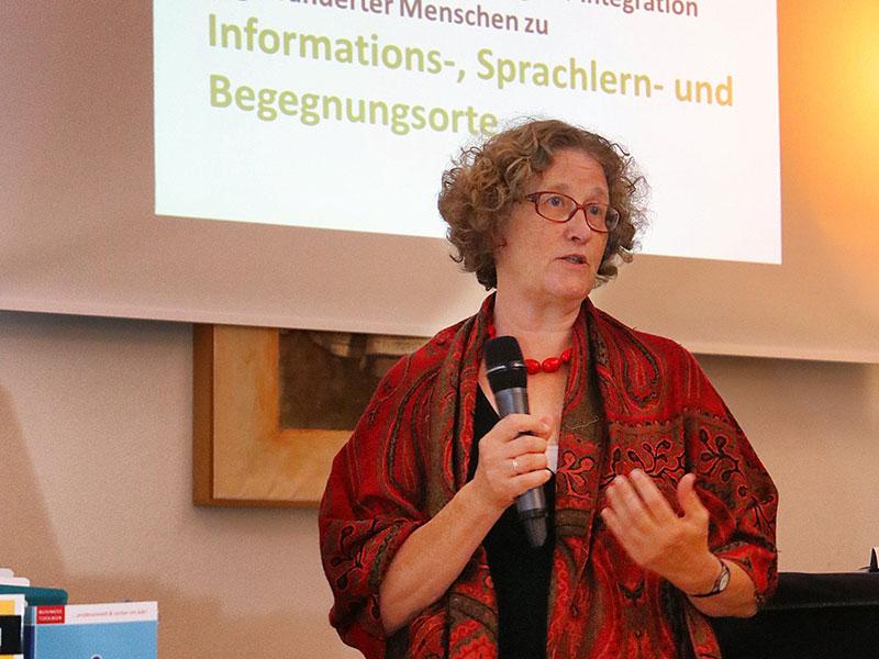 Helga Schwarze, Leiterin der Büchereifachstelle der Evangelischen Kirche im Rheinland stellte das Projekt vor.