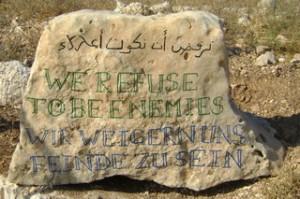 'Wir weigern uns Feinde zu sein': Dieses Motto, in Stein gemeißelt, steht am Eingang zum Besitz der Nassars.
